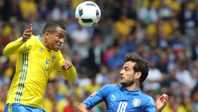 Martin Olsson gewinnt das Kopfball-Duell gegen Marco Parolo (Bild: AP)