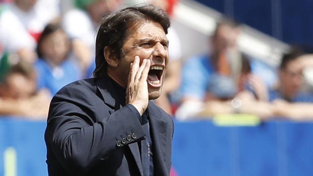 Antonio Conte weist seine Spieler zurecht (Bild: AP)