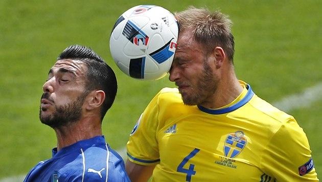 Kopfballduell zwischen Graziano Pelle und Andreas Granqvist (Bild: AP)
