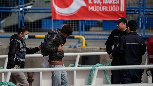 Ein aus Griechenland abgeschobener Flüchtling bei seiner Ankunft in der Türkei (Bild: APA/AFP/OZAN KOSE)