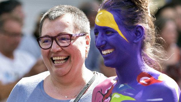 Gesundheitsministerin Sabine Oberhauser mit einer Teilnehmerin bei der Regenbogenparade. (Bild: APA/HANS PUNZ)