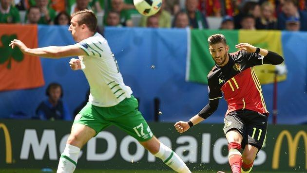 Irlands Verteidiger versucht die Flanke von Yannick Ferreira-Carrasco zu verhindern (Bild: AFP)