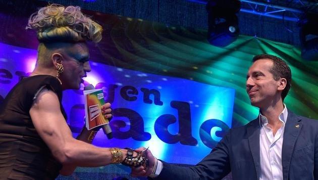 Kanzler Kern: Starke Rede bei Regenbogenparade (Bild: APA/HANS PUNZ)