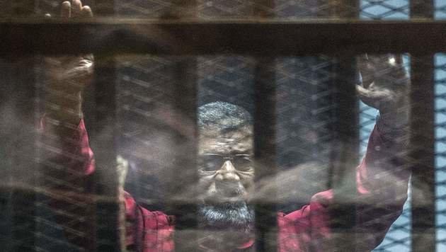 Mursi während der Gerichtsverhandlung (Bild: APA/AFP/KHALED DESOUKI)