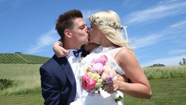 Der erste Kuss nach der Trauung, aber sicher nicht der letzte für die beiden. (Bild: Jürgen Radspieler)