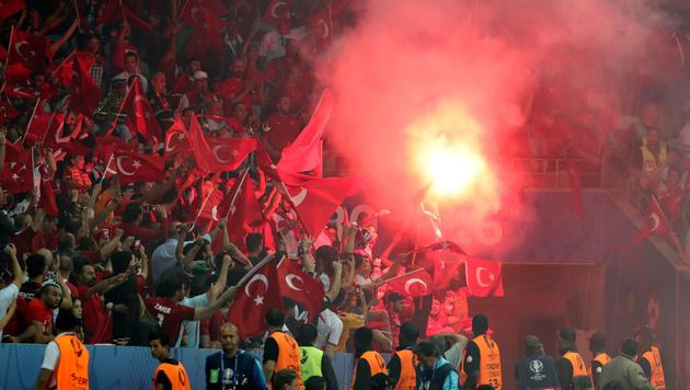Mindestens 16 Festnahmen bei EM-Spiel in Nizza (Bild: AP)