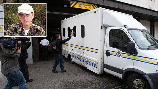 Tommy Mair wurde von den Journalisten abgeschirmt zum Gericht gefahren. (Bild: APA/AFP/DANIEL LEAL-OLIVAS, Twitter)