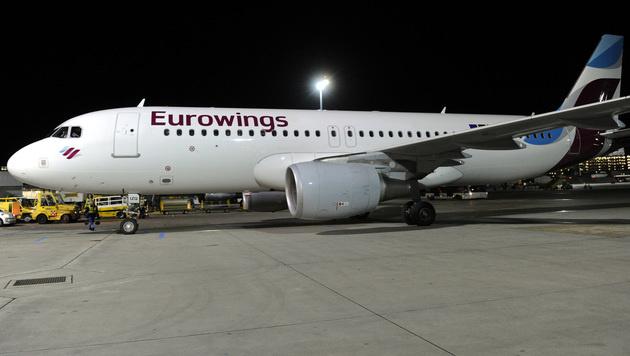Pilot lässt 70 Passagiere auf dem Rollfeld stehen (Bild: APA/Herbert Pfarrhofer)