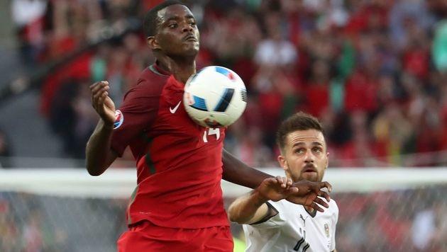 William Carvalho behauptet den Ball gegen Martin Harnik (Bild: AFP)