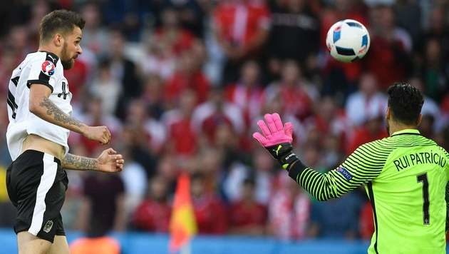 Harnik setzt einen Kopfball knapp neben das Tor (Bild: AFP)