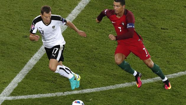 Florian Klein gegen Portugals Cristiano Ronaldo (Bild: AP)