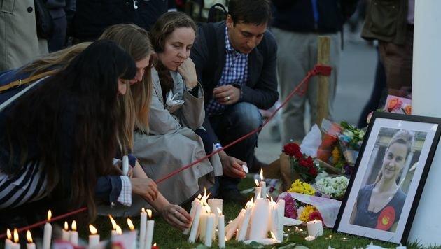 Gedenkfeier vor dem Parlament in London (Bild: APA/AFP/DANIEL LEAL-OLIVAS)