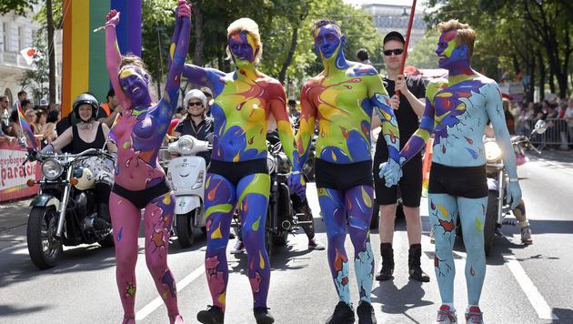 130.000 Menschen bei Wiener Regenbogenparade (Bild: APA/HANS PUNZ)