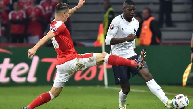 Granit Xhaka versucht Paul Pogba zu stoppen (Bild: AFP)