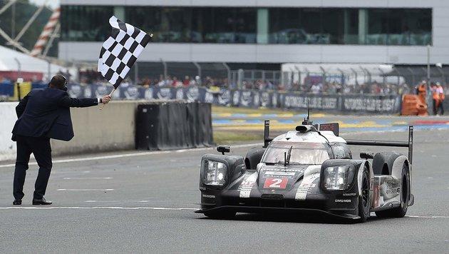 Drama nach 383 Runden: Porsche-Triumph in Le Mans (Bild: APA/AFP/JEAN-SEBASTIEN EVRARD)