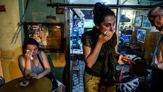 Auch unbeteiligte Lokalgäste wurden nicht verschont und atmeten Tränengas ein. (Bild: APA/AFP/OZAN KOSE)