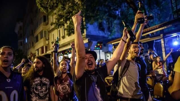 Regierungskritiker zeigen, was sie vom Vorgehen der Polizei halten. (Bild: APA/AFP/OZAN KOSE)