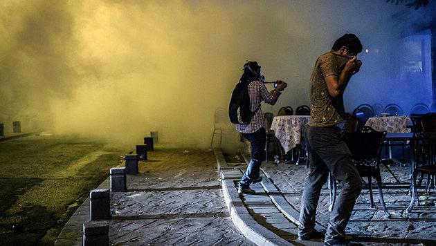 Die regierungskritischen Proteste wurden durch einen Angriff auf ein Plattengeschäft ausgelöst. (Bild: APA/AFP/OZAN KOSE)