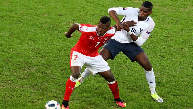 Duell der Talente: Breel Embolo gegen Paul Pogba (Bild: AP)
