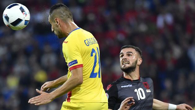 Dragos Grigore gewinnt den Zweikampf gegen Albaniens Armando Sadiku (Bild: AFP)