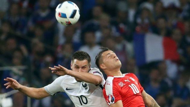Kopfballduell zwischen Andre-Pierre Gignac und Granit Xhaka (Bild: AFP)