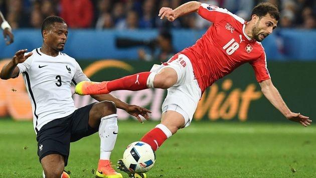 Patrice Evra stoppt Admir Mehmedi (Bild: AFP)