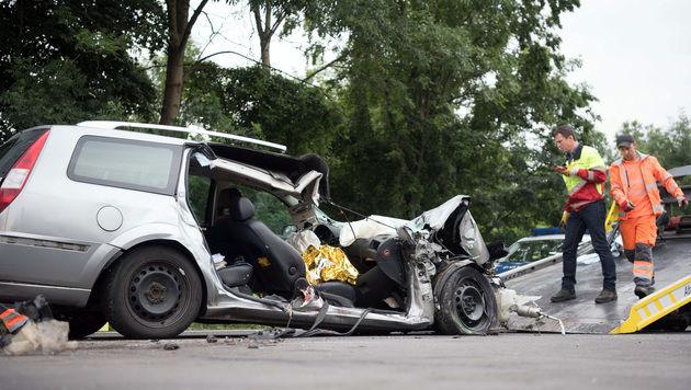 Auto rammt Sattelschlepper: Beifahrer (42) tot (Bild: APA/FOTOKERSCHI.AT)