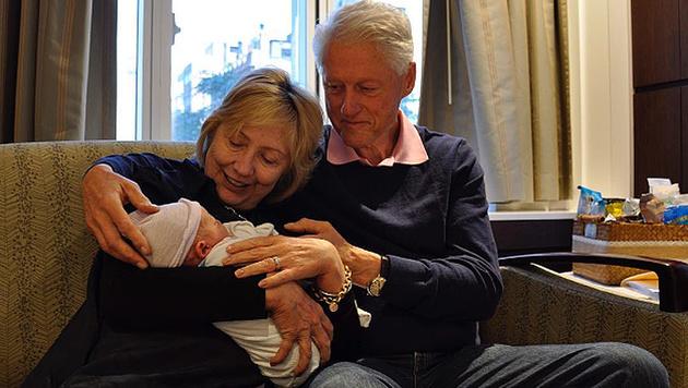 Hillary und Bill Clinton zeigen stolz ihren Enkelsohn Aidan. (Bild: instagram.com/hillaryclinton)