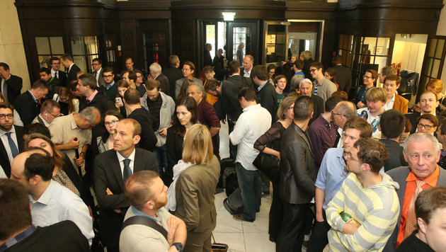 Montagfrüh, 7.30 Uhr: Riesenandrang im Verfassungsgerichtshof (Bild: KRONEN ZEITUNG/Tomschi)