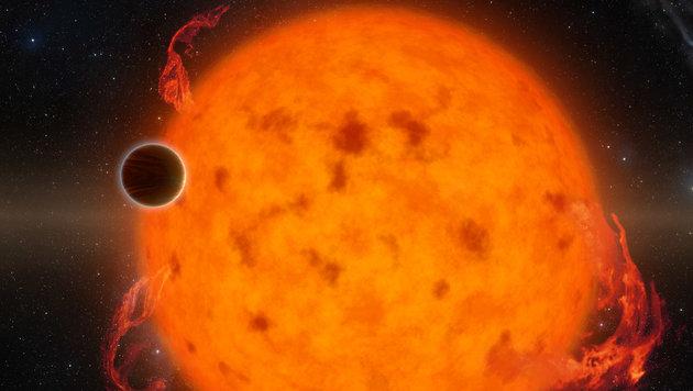 Künstlerische Illustration: Der Exoplanet K2-33b vor seiner Sonne (Bild: NASA/JPL-Caltech)