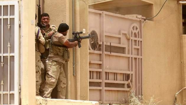 Irakische Soldaten beim Häuserkampf in Falludscha (Bild: APA/AFP/HAIDAR MOHAMMED ALI)