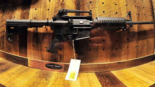 Maschinengewehr & Co fand man beim Innsbrucker... (Bild: APA/AFP/KAREN BLEIER)