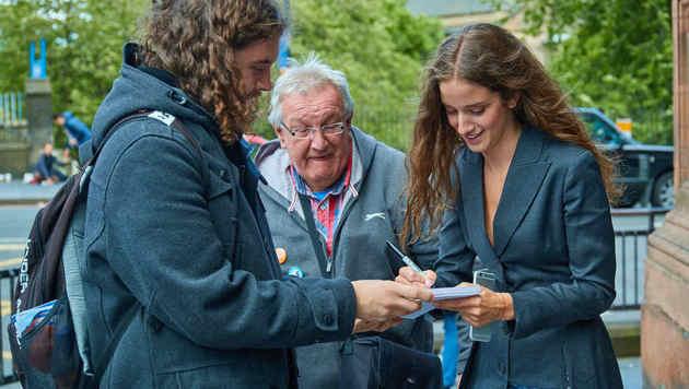 Schottische Fans: Immer wieder wurde sie von Autorgrammsammlern erkannt. (Bild: Starpix/Alexander TUMA)