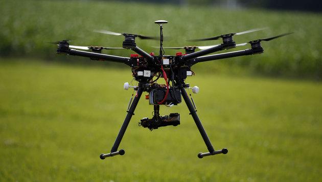 65-Jährige schießt Paparazzi-Drohne zu Klump (Bild: AP)