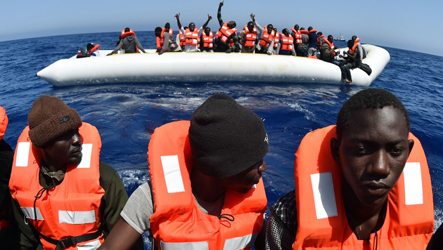 Gerettete Flüchtlinge vor der libyschen Küste (Bild: APA/AFP/Gabriel Bouys)