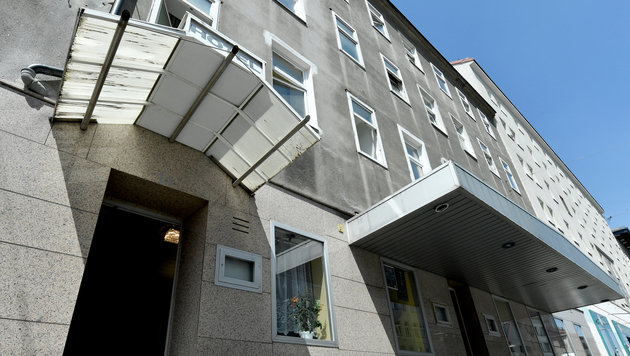 Der Mann stürzte aus einem Fenster im dritten Stock des Hotels. (Bild: APA/HANS KLAUS TECHT)