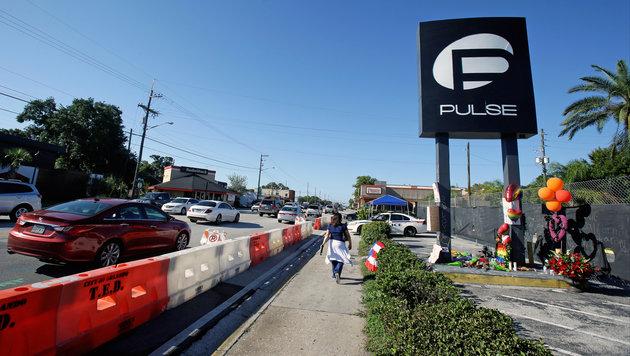 """Blumen zum Andenken an die 49 Opfer im """"Pulse""""-Club (Bild: Associated Press)"""