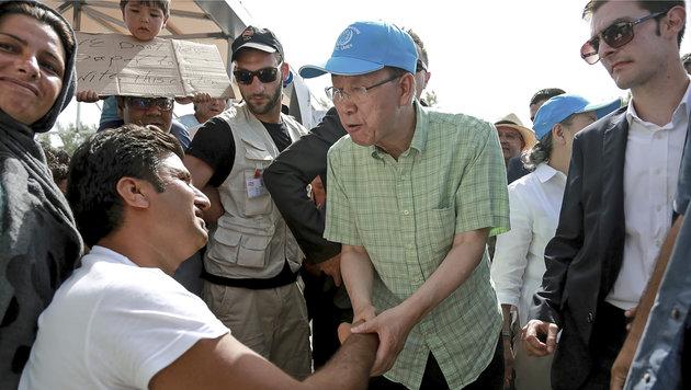 UNO-Chef Ban Ki Moon bei einem Besuch in einem Flüchtlingslager auf der griechischen Insel Lesbos (Bild: Associated Press)