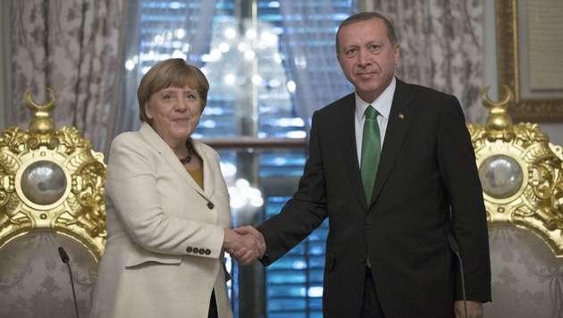 Deutschlands Kanzlerin Angela Merkel mit dem türkischen Präsidenten Recep Tayyip Erdogan (Bild: APA/AFP/TOLGA BOZOGLU)