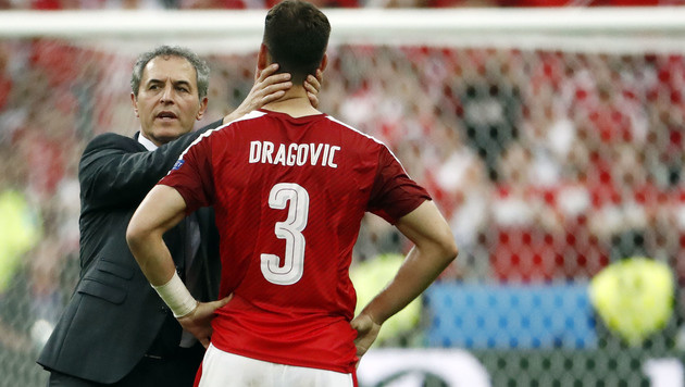 Koller tröstet Elfmeter-Unglücksrabe Aleksandar Dragovic. (Bild: APA/AFP/ODD ANDERSEN)