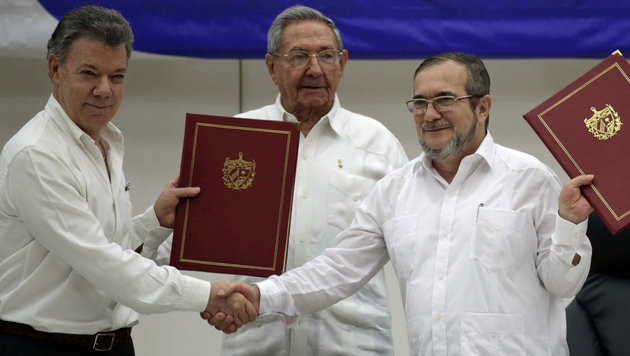 Pr�sident Santos, Gastgeber Castro, FARC-Chef Jimenez (v.l.) (Bild: Associated Press)