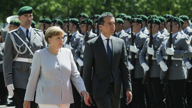 Kern wurde von Merkel mit militärischen Ehren empfangen. (Bild: ASSOCIATED PRESS)