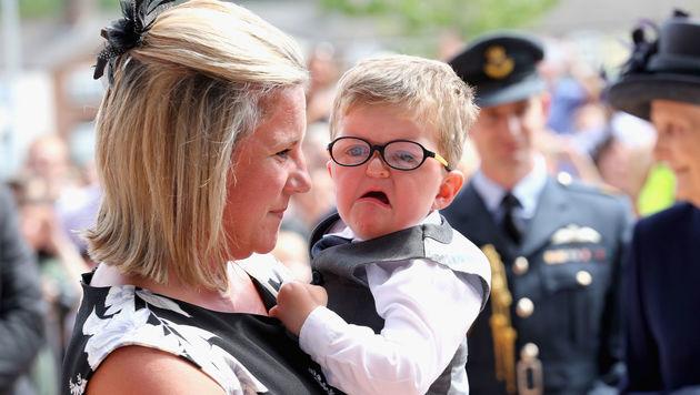 """Der kleine Lewis war """"not amused"""", als er die Queen traf. (Bild: Viennareport)"""