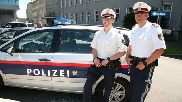 Die Polizisten Helmut M. und Joachim W. (rechts) retteten das eingeschlossene Baby. (Bild: Polizei)