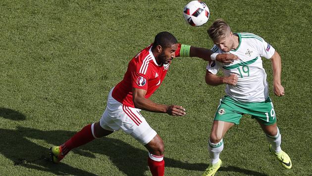 Nordirlands Jamie Ward setzt sich gegen Ashley Williams durch (Bild: AP)