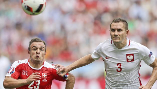Polens Artur Jedrzejczyk im Duell mit Xherdan Shaqiri (Bild: AP)