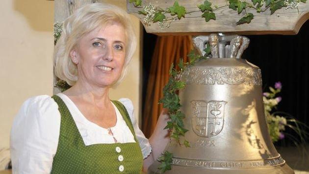 Ingeborg Stolz, Verwalterin der Burg Mauterndorf,lässt die neue 84 Kilo-Glocke läuten (Bild: Roland Holitzky)