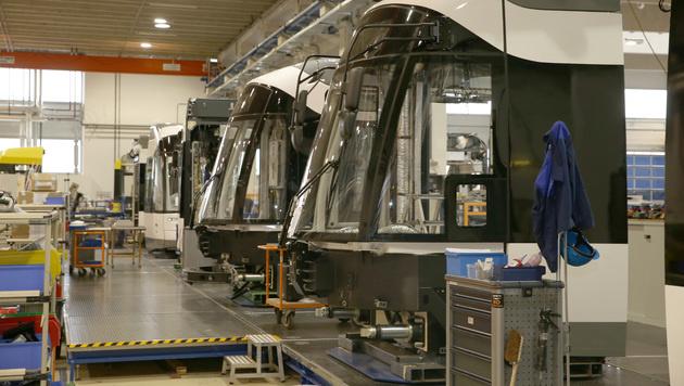 Eine Werkshalle von Bombardier in Wien 22 (Bild: Zwefo)