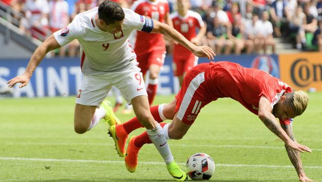 Intensives Duell zwischen Robert Lewandowski und dem Schweizer Valon Behrami (Bild: AP)