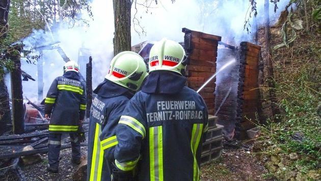 Verletzter lag neben brennender Jagdhütte (Bild: Einsatzdoku - Lechner)